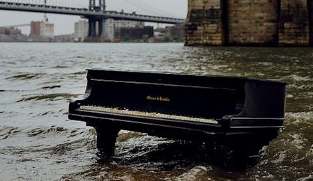 Piano New York East River Grand